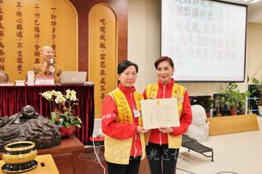 鄺美雲會長頒發聘書予菩提四會新任會長吳琼笑。