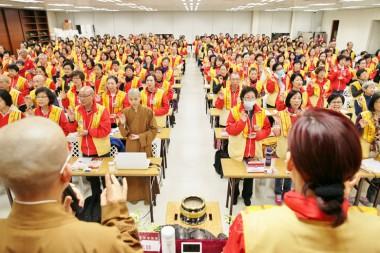 秘書長永富法師、鄺美雲會長帶領大眾宣讀佛光會員信條。
