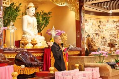 覺梵法師恭讀《人間福報》登載大師的「2016年致護法朋友的一封信」/黃偉強拍攝