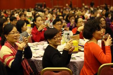 參加新春聯歡的信眾齊舉杯,同慶新春接吉祥。