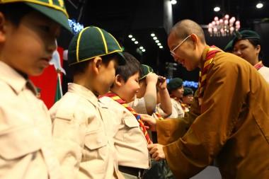 港澳地區總住持永富法師為佛光童軍宣誓。
