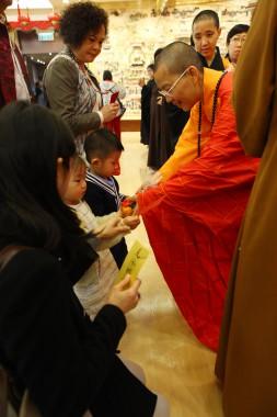 不少父母扶老擕幼參與禮千佛法會。