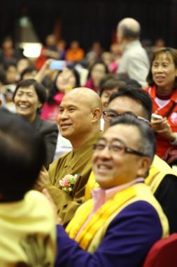 佛光山副住持慧昭法師與大眾同歡,欣賞各項精彩演出。
