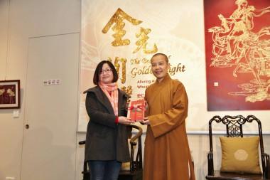 永富法師至贈大師著作「獻給旅行者365日-中華文化寶典」于王秋蘭女士留念。