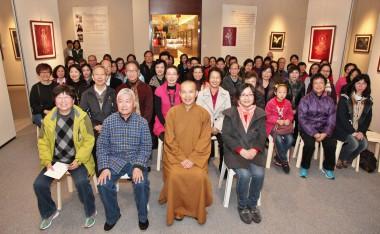 左起:王秋蘭女士、永富法師、史仁傑伉儷與大眾合照。