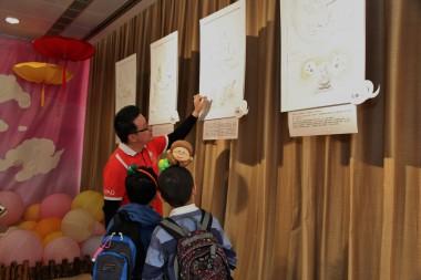 劉家發師兄兒童班導師兼司儀,向小朋友解釋圖說六難,小朋友於分享時說出六難的名稱,令人驚喜。人間記者黄慧莊拍攝