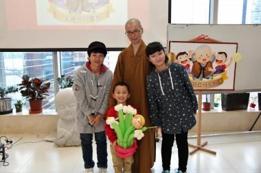 5歲黎寶智喜獲表達感受最佳獎,聯同媽媽和姐姐黎寶怡,開心地跟如菴法師合照。人間記者黄慧莊拍攝