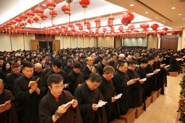 除夕夜,逾千人參加香港佛光道場「普佛辭歲及燒開年香」送羊迎猴,大殿內座無虛席。