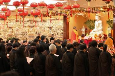 大眾跟隨住持永富法師禮千佛唱誦。