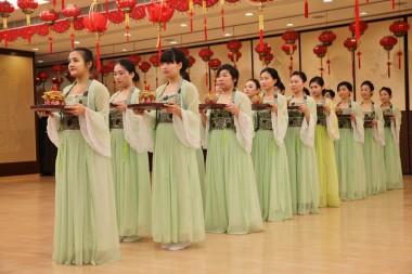 女青年共分為三組,每組16人排列整齊地獻供。