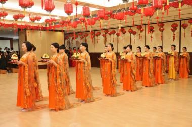 穿著唐朝服裝列隊呈獻齋供。
