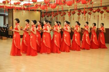 穿著中國旗袍整齊地呈獻齋供出場。
