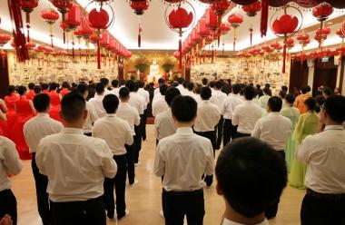莊嚴整齊的獻供隊伍齊集大殿。