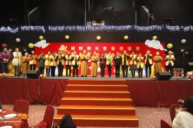 眾嘉賓與理事們在台上和大眾祝酒。