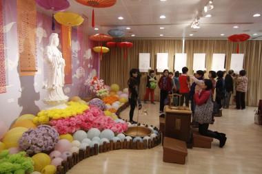 法會後,信徒欣賞新春特展。