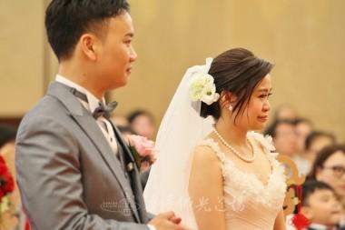新娘得到住持主婚及親友的祝福,感動流涕。