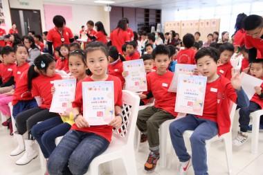 得獎同學展示住持頒發的精美獎狀。