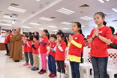 開學禮上合十誠心唱《三寶頌》。