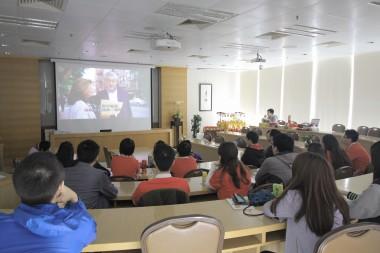 佛光青年齊聚一堂,以這部《見習無限耆》作為電影讀書會。