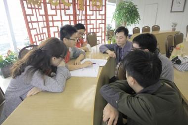 電影畢,青年作小組討論,探討不同的觀念和話題。