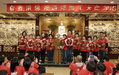 青年團代表向住持永富法師獻上花簇,感恩住持無私奉獻,帶領大眾精進學佛行佛