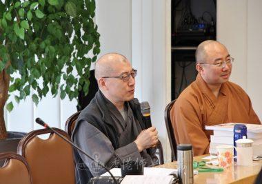 (左)香港大學佛教研究中心廣興法師旁聽,表示用心做事就是修行,旁邊同行的法師聽聞佛光山完善的制度,表示甚有感受。