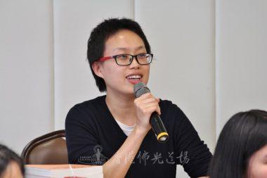 香港大學學生林欣在網上報名擔任香港中文大學佛學研究中心的義工,於論壇答問時間踴躍發言。(人間社記者高僖東拍攝)