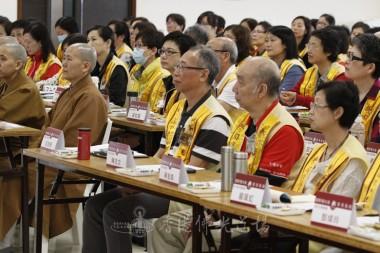各法師及幹部會員細心聆聽永富法師開示。