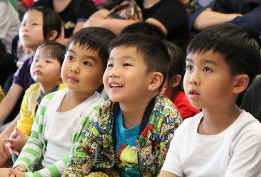 小孩子聚精會神地觀賞影片。