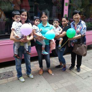 三胞胎曾志廣、曾志寬及曾蘊知浴佛後,與嫲嫲馮燕青(最右)、嬸嬸(最左)及兩個家傭姐姐合照。(人間社記者潘浩雲拍攝)
