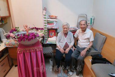 一對夫婦的笑容,盡在不言中。
