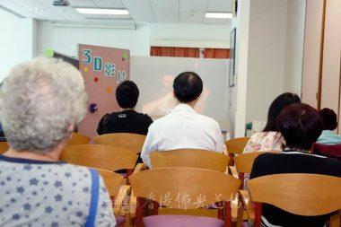 醫、護、家屬同看3D影片。【攝影記者李翰誠攝】