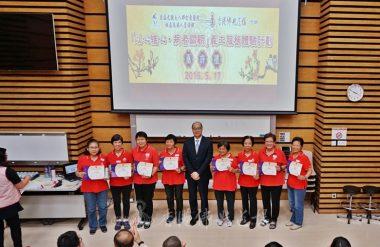 劉楚釗醫生頒發嘉許獎及紀念品予義工。(人間社記者張祖華拍攝)