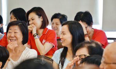 當聽到住持永富法師指示服務時臉上要保持微笑,令人看到你開心時,義工展現歡顏。