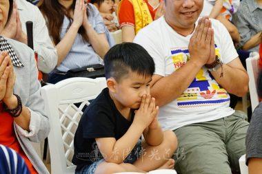 寶寶陳焯喬的哥哥陳陽琛與爸爸同為焯喬及眾寶寶祈福。(人間社記者黃慧莊拍攝)