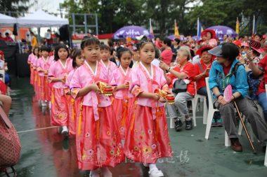 穿著韓國服的佛光美少女獻香隊伍。
