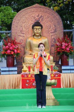 國際佛光會香港協會鄺美雲會長祝福大家浴佛去除三毒。