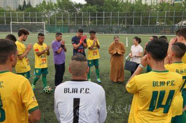 賽前覺軒法師為各球員打氣祈願。