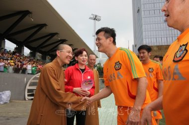 住持永富法師與黃日華及各明星球隊球員喜相逢。