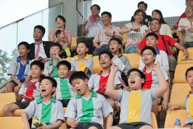 大小球迷俱被場上精釆演出吸引,不停為自己的偶像打氣。