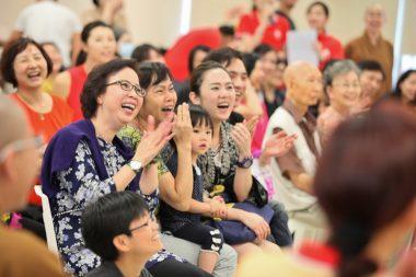 小朋友雖然年紀小小,但充滿自信,除了自我介紹,還會說祝福語,引得在場近300位觀眾笑聲不斷、掌聲不斷為他們打氣,現場氛圍熱熾高漲。(黃偉強攝)