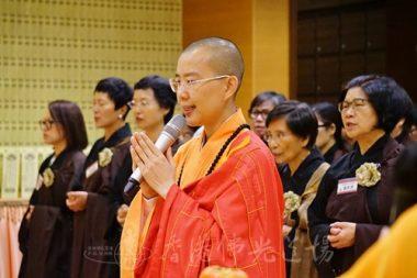 香港佛光道場住持永富法師帶領信眾,恭謹誦佛。(攝影 黃慧莊)