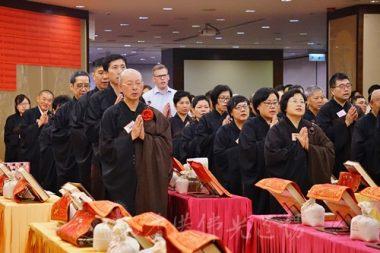 外藉人士雖然未能明白懺法全部的內容,仍表示深受佛教濃厚敬意的氣氛打動。(攝影 黃慧莊)