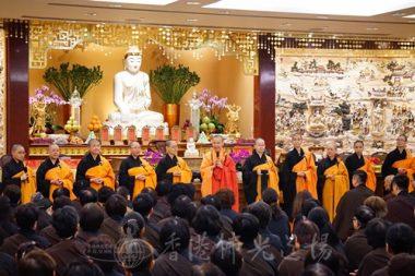 香港佛光道場住持永富法師(中)帶領十位法師,啟建孝道月法會。面對過萬的信眾及義工,法師何止以一對百。(人間社記者黃慧莊拍攝)