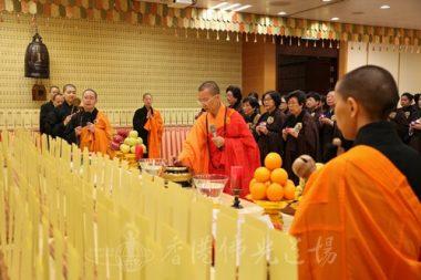 香港佛光道場住持永富法師,以及一眾法師和齋主代表在往生壇為超薦對象誦經禮拜。(人間社記者黃偉強拍攝)