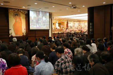 香港佛光道場焰口法會打通大殿及課室,以視像形式讓大家清楚觀聽住持永富法師的開示。(人間社記者周冠球拍攝)