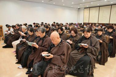 坐位的信眾在與大殿打通的課室專心念誦地藏經。(人間社記者黃偉強拍攝)