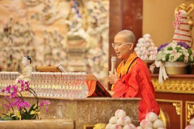 香港佛光道場住持永富法師帶領恭誦《地藏菩薩本願經》,大家誦讀音聲齊起,大殿內有說不出的詳和回響。(人間社記者黃偉強拍攝)