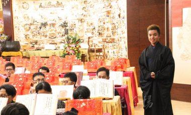 來自高雄的蔣岳翔師兄,友善樂於助人,第一次出國就來道場做義工及參加梁皇寶懺法會。(人間社記者葉偉炳拍攝)