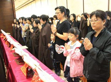 7歲李嘉玲和5歲弟弟李耀東跟隨祖母及外祖母一起拜懺。(人間社記者葉偉炳拍攝)